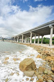 Küstebrücke und -Ölpipeline Stockfotografie
