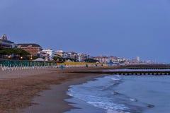 Küsten-Küstenstrand Lido di Jesolo an der Dämmerung, adriatisches Meer, venetianisches Riviera Stockfoto