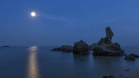 Küsten mit Felsen, langes Belichtungsbild lizenzfreies stockbild