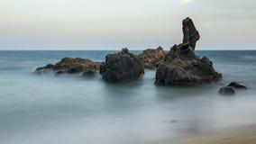 Küsten mit Felsen, langes Belichtungsbild stockfotografie
