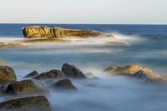 Küsten mit Felsen, langes Belichtungsbild stockfotos