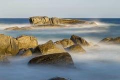 Küsten mit Felsen, langes Belichtungsbild lizenzfreie stockfotografie