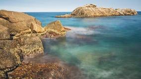 Küsten mit Felsen, langes Belichtungsbild von Coasta Brava, Badekurort lizenzfreie stockfotografie