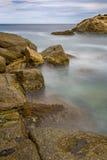 Küsten mit Felsen, langes Belichtungsbild von Coasta Brava, Badekurort stockfoto
