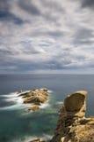 Küsten mit Felsen, langes Belichtungsbild von Coasta Brava, Badekurort stockfotos