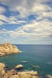 Küsten mit Felsen, langes Belichtungsbild von Coasta Brava, Badekurort lizenzfreies stockfoto
