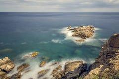 Küsten mit Felsen, langes Belichtungsbild von Coasta Brava, Badekurort stockbild