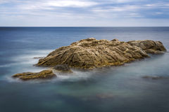 Küsten mit Felsen, langes Belichtungsbild von Coasta Brava, Badekurort stockbilder