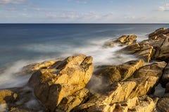 Küsten mit Felsen, langes Belichtungsbild von Costa Brava, Spai lizenzfreies stockfoto