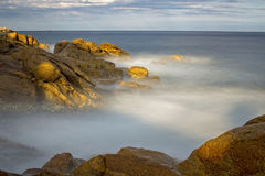 Küsten mit Felsen, langes Belichtungsbild von Costa Brava, Spai lizenzfreie stockfotografie