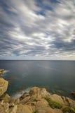 Küsten mit Felsen, langes Belichtungsbild von Costa Brava, Spai lizenzfreie stockfotos