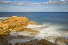 Küsten mit Felsen, langes Belichtungsbild von Costa Brava, Spai stockfotografie