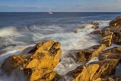 Küsten mit Felsen, langes Belichtungsbild von Costa Brava, Spai lizenzfreies stockbild