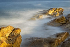 Küsten mit Felsen, langes Belichtungsbild von Costa Brava, Spai stockbilder