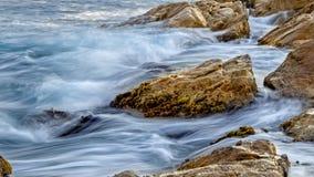 Küsten mit Felsen, langes Belichtungsbild von Costa Brava, Spai stockbild