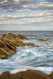 Küsten mit Felsen, langes Belichtungsbild von Costa Brava, Spai lizenzfreie stockbilder