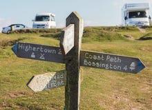 Küsten-Weg-Zeichen und kampierender Park Stockfotografie