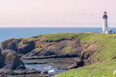 Küsten-Yaquina-Leuchtturm sitzt auf dem Umkippung einer Täuschung lizenzfreies stockbild