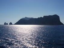 Küstenansicht über ein Meer Stockfoto