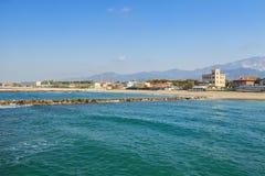 Küstenansicht Jachthafendi Massa in Versilia lizenzfreie stockbilder