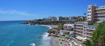 Küstenbeliebtes erholungsort Nerja in Spanien, Panorama stockfotografie
