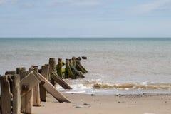 Küstenbuhnen im Meer Stockfotos
