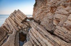 Küstenfelsen auf adriatischer Seeküste Lizenzfreies Stockbild