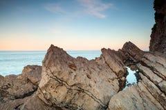 Küstenfelsen und Himmel auf adriatischer Seeküste Stockbild