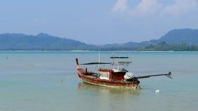 Küstenfischerboote am Boot angelegt stock video