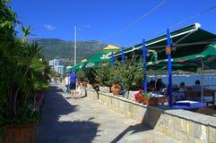 Küstengassenrestaurant, Budva, adriatisches Meer Stockfoto