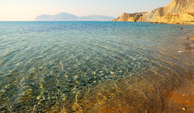 Küstenkiesel im klaren Wasser Stockfotos