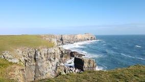 Küstenklippe St. Govans nahe Bosherston, im Pembrokeshire-Küsten-Nationalpark, Wales Stockfotografie