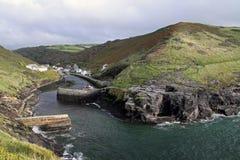 Küstenklippen und Buchtanlegestelle in Cornwall, Großbritannien Stockfotografie