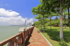 Küstenkopfsteinspur mit Ziegelstein railingof gulangyu Insel stockbild