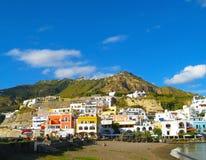Küstenlandschaft mit Jachthafen von Casamicciola Terme, Ischia Insel, Italien Lizenzfreie Stockfotografie