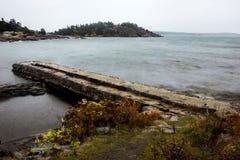 Küstenlandschaft mit Pier Stockfotos