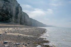 Küstenlandschaft in Normandie, Frankreich mit Klippen Seestrand im dunstigen Licht bei Ebbe lizenzfreies stockbild