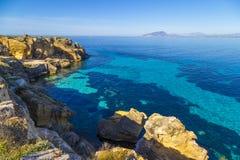 Küstenlinie auf Favignana-Insel in Sizilien, Italien, das Aegadian Lizenzfreies Stockfoto