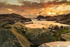 Küstenlinie bei Sonnenuntergang in Norwegen Stockfoto