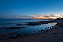Küstenlinie an der Dämmerung Stockbild