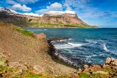 Küstenlinie des arktischen Meeres, Island Lizenzfreies Stockfoto