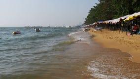 Küstenlinie des Strandes Leute baden im Meer, wässern Fahrten, Wellenschlag auf dem sandigen Ufer thailand Pattaya stock footage
