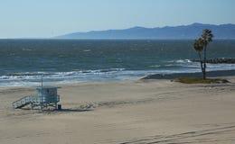Küstenlinie eines leeren Strandes Lizenzfreie Stockbilder