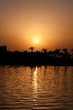 Küstenlinie gegen mit Hintergrund des Seesonnenuntergangs Stockfotografie