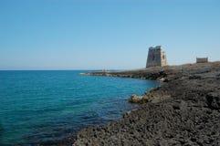 Küstenlinie mit altem Kontrollturm, Lizenzfreies Stockfoto
