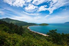 Küstenlinie mit Ausdehnung des Strandes - Vietnam lizenzfreie stockfotos