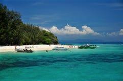 Küstenlinie mit Booten lizenzfreie stockfotos