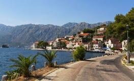 Küstenlinie mit Straße, Meer und Häusern Stockbilder