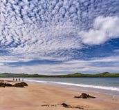Küstenlinie mit Wanderern im Dingle, Irland Lizenzfreie Stockbilder