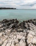 Küstenlinie nahe flechten auf der Insel Cres an einem bewölkten Tag im Frühjahr lizenzfreies stockbild